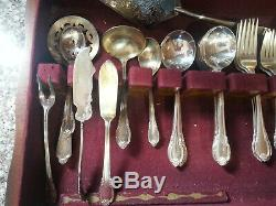 1847 Rogers Bros 64pc. Set of Remembrance Silverplate Flatware with Wooden Box